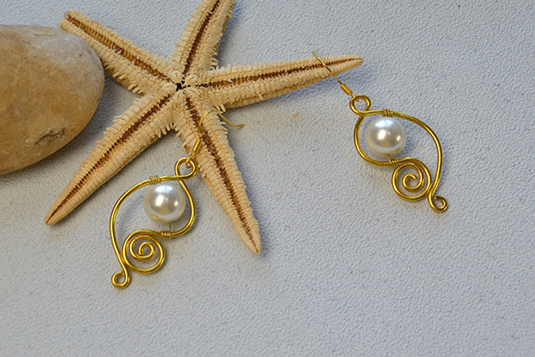 diy-easy-drop-earrings-with-golden-aluminum-wires-and-white-pearl-beads600400
